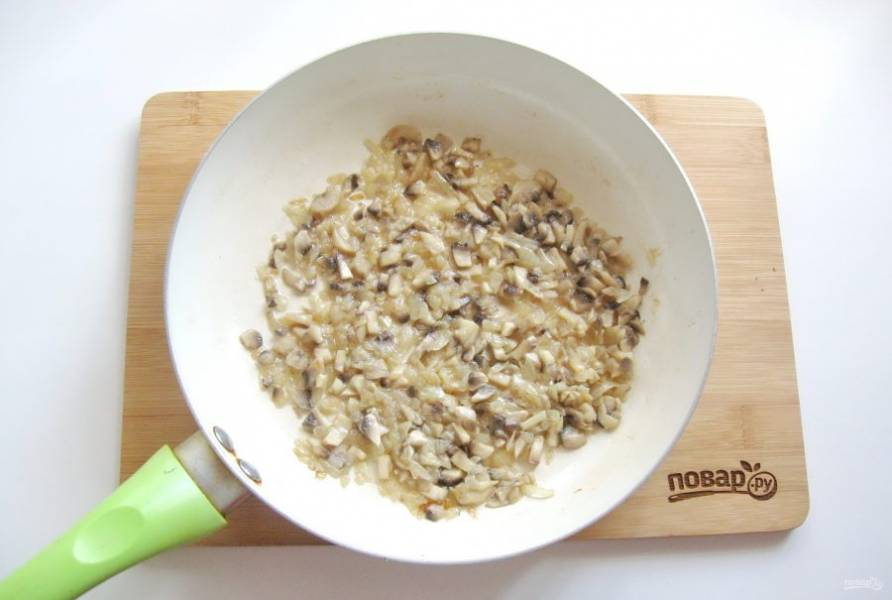 Тушите грибы с луком до готовности.