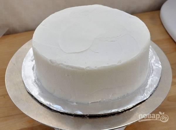 5. Когда торт полностью покрыт кремом, отправьте его на пару часов в холодильник.