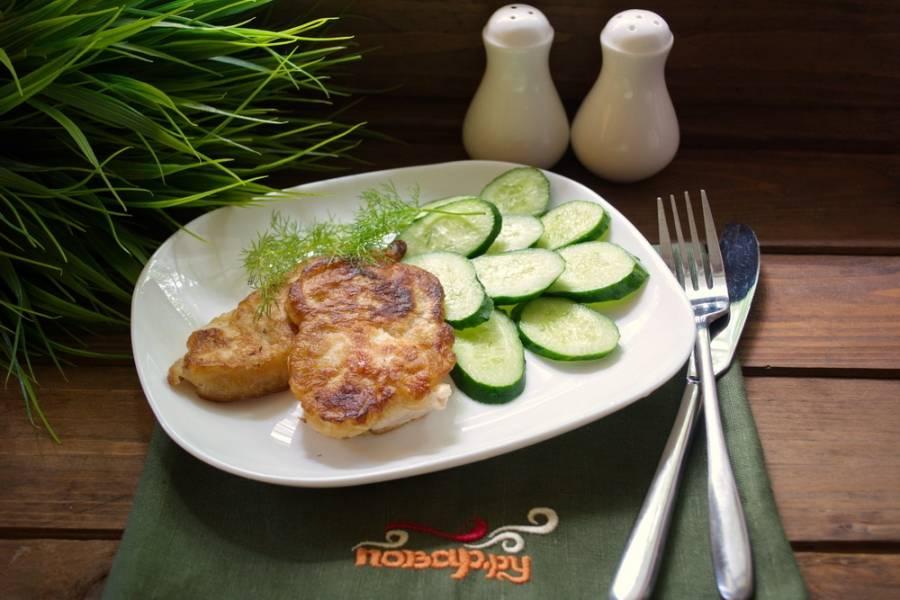 Каждый кусочек курицы окуните в полученный кляр. Обжарьте на растительном масле с двух сторон.  Удалите лишний жир, выложив готовое мясо на бумажное полотенце. Через минуту можно подавать к столу.