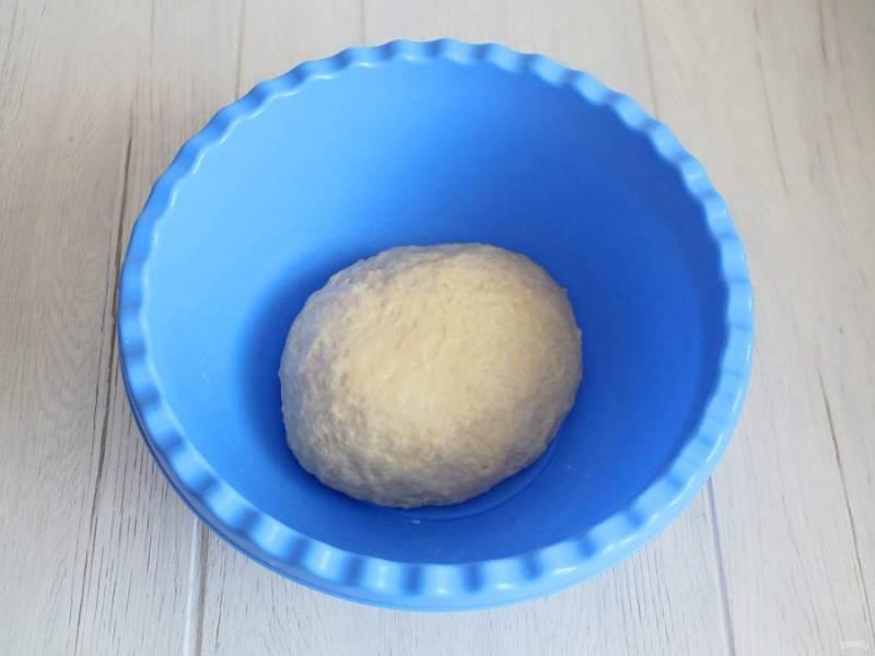 Замесите мягкое и податливое тесто. Возможно потребуется пара-тройка ложек муки дополнительно. Округлите тесто. Накройте полотенцем и оставьте при комнатной температуре на 30 минут.