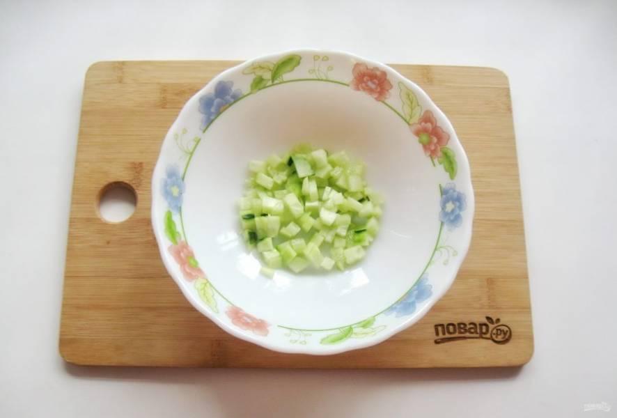 Огурец помойте и мелко нарежьте. Если у огурца толстая кожура, то можно его очистить.