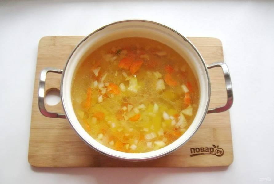 Добавьте морковь и лук в кастрюлю.