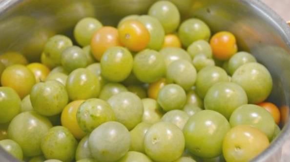 Тщательно промойте зеленые помидоры. Хвостики удалите.