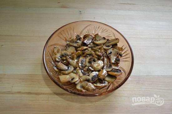 10. На дно тарелки для подачи выкладываем грибы.