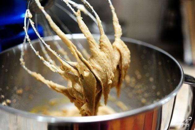 2. Добавить яйца и взбить. Добавить соль, корицу, разрыхлитель и взбить. Смешать соду и кипяток, затем добавить в миску и взбить.