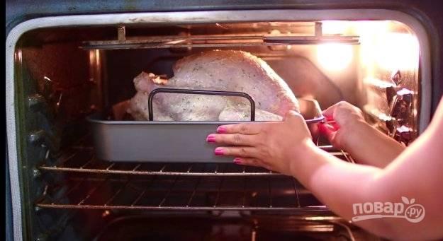 Запекайте птицу при 180 градусах в духовке в течение 1,5 часов.