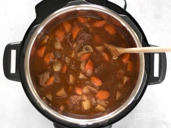 6. После звукового сигнала проверьте готовность мяса и картофеля. Если мягкие, жаркое с говядиной в мультиварке готово и блюдо можно подавать к столу. Приятного аппетита!
