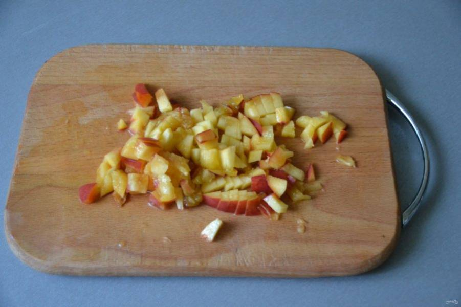 Когда масса загустеет достаточно сильно, измельчите один персик на мелкие кусочки.