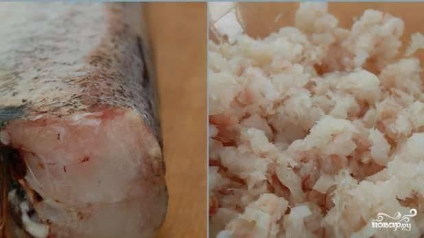 Первым делом пропускаем рыбное филе через мясорубку. Если у вас, как в моем случае, целая рыба, то вначале аккуратно отделяем филе, а уже потом измельчаем его.