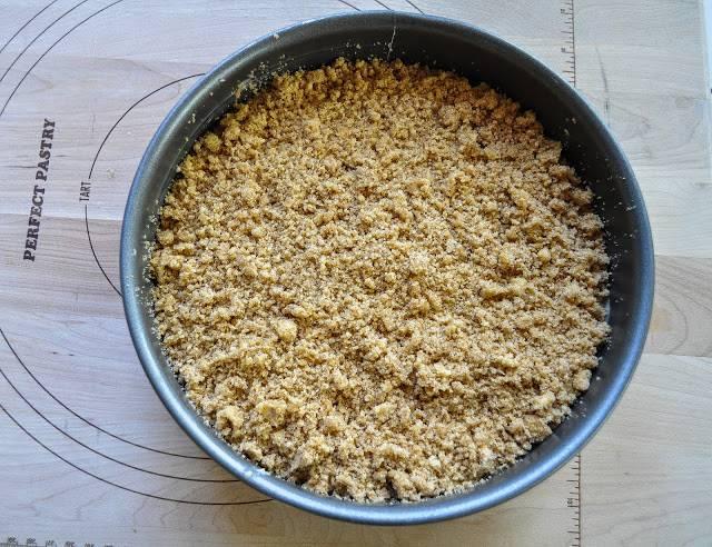 Выпекайте пирог в разогретой до 180 градусов духовке 50-55 минут.