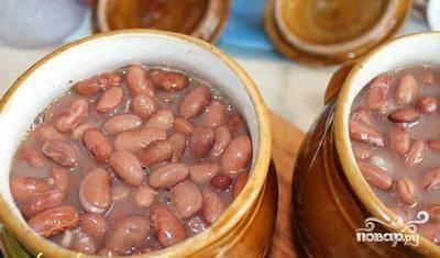 В горшочки выложить слоями фасоль, лук и грибы. Можно повторить. В фасолевый отвар добавить соль, перец. Залить им содержимое горшочков и поставить в холодную духовку на 30 минут.
