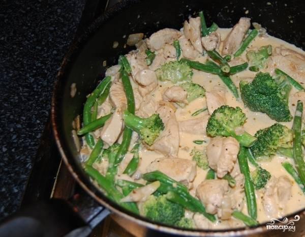 Обжаривайте мясо с овощами, пока брокколи не станет слегка мягкой. Очень важно не передержать овощи, чтобы те не превратились в кашу. Залейте все ингредиенты сливками и оставьте томиться под закрытой крышкой 5-7 минут.