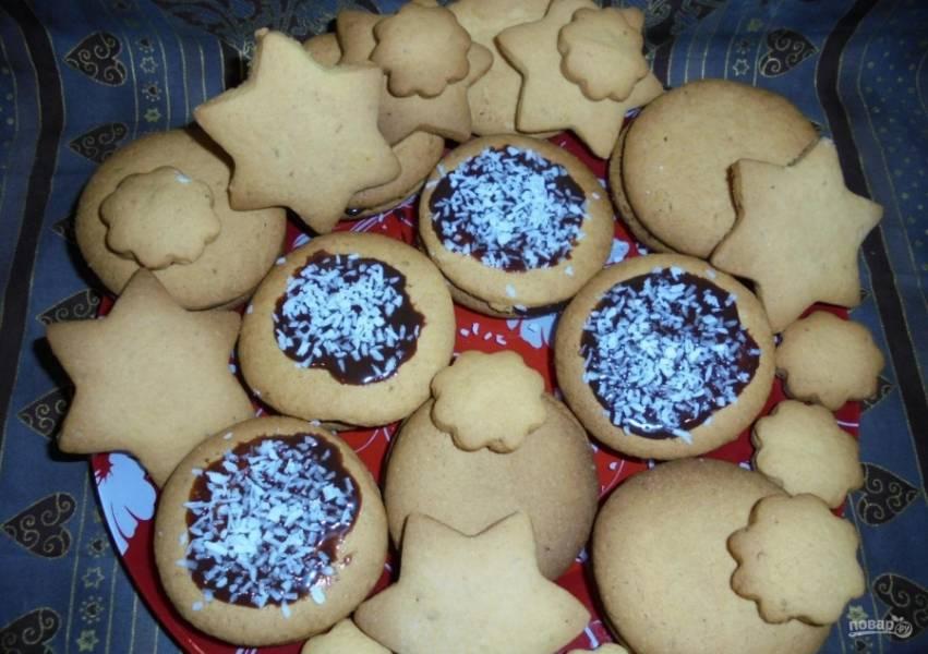 11. Второй половиной печенья накрываю начинку. Некоторые печенья украшаю сгущенкой и посыпаю кокосовой стружкой. Приятного аппетита!
