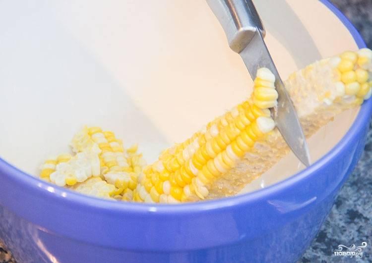 3. Срежьте зерна с отваренного початка кукурузы. Также в рецепте приготовления салата с киноа и помидорами можно использовать консервированную кукурузу.