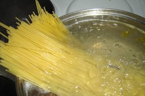 1. Начать нужно с приготовления спагетти. Для этого блюда подойдут лучше всего именно спагетти. Отварите их в большом количестве воды до готовности.