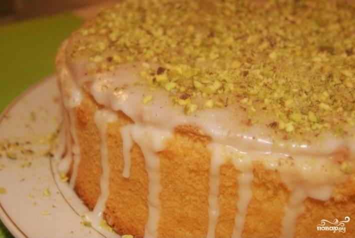 8.Теперь взбейте сахарную пудру со свежевыжатым соком одного лимона. Полейте этой смесью поверхность остывшего бисквита, посыпьте дроблеными орехами. Лимонный бисквитный торт готов! Приятного аппетита!