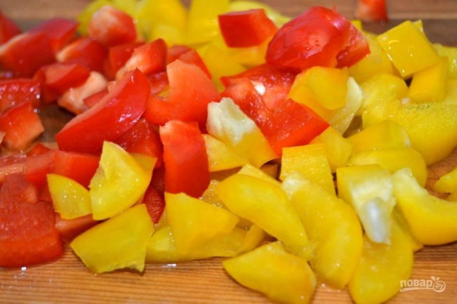 4.Сладкий перец очистите от семян и нарежьте небольшими кубиками.