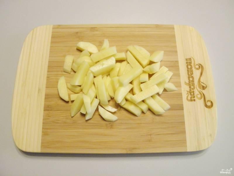 Порежьте очищенный картофель кусочками или соломкой.