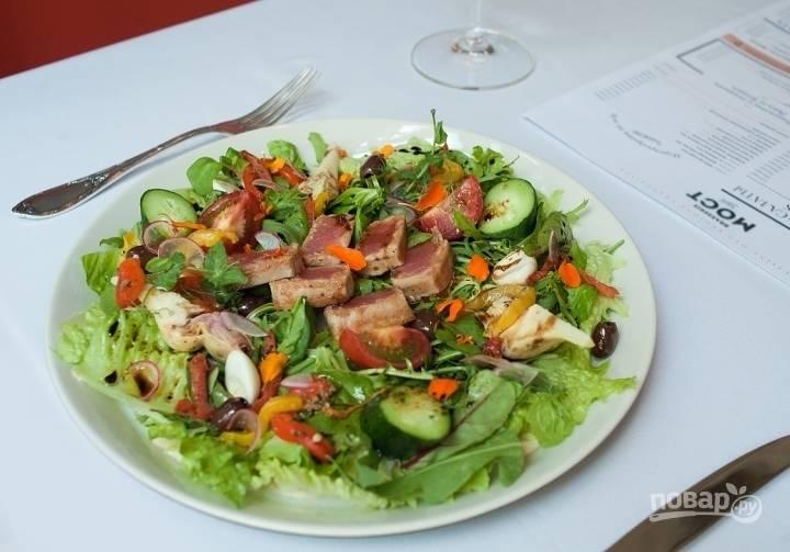 Добавьте специй по вкусу — и можете подавать. Вот такой яркий получился салат со свежим тунцом. Приятного аппетита!