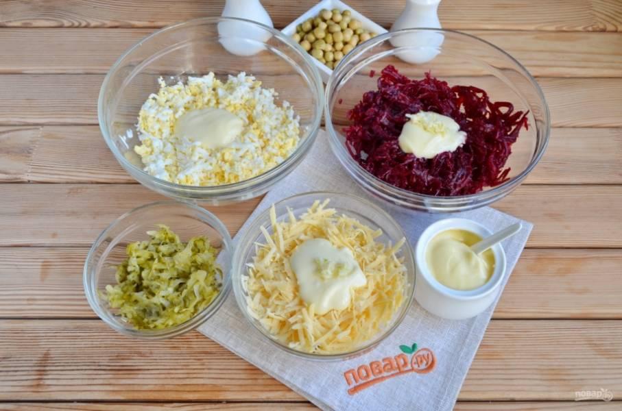 Свеклу натрите на крупной терке, добавьте соль, 2 зубчика чеснока и майонез, перемешайте. Натрите сыр на крупной терке, добавьте 1 зубчик чеснока, майонез, перемешайте. Натрите на терке яйца, добавьте щепотку соли, майонез, перемешайте. Огурцы тоже следует натереть на терке, отожмите лишнюю влагу.