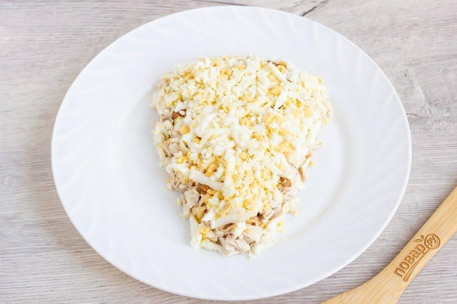 Третий слой - яйца натертые на крупной терке и майонез.