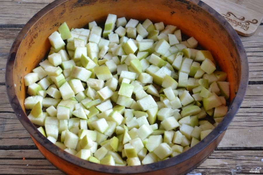 Яблоки, не очищая от кожуры, порежьте на кубики и выложите на дно формы для запекания. Я использую силиконовую форму, но даже если у вас обычная металлическая форма, ее все равно смазывать не нужно, тесто ни в коем случае не пристанет, поскольку в нем содержится подсолнечное масло.