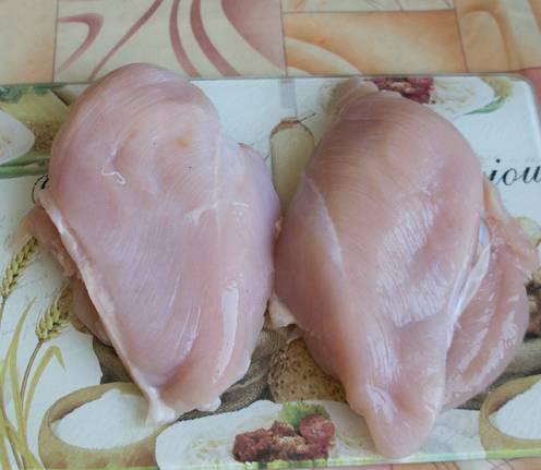 Куриные грудки нужно помыть и разделить на полугрудки.