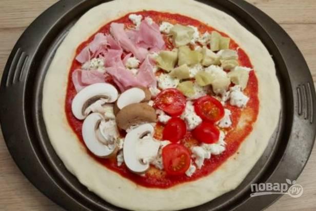 Теперь условно разделите пиццу на 4 сектора и на каждый выложите по одному ингредиенту: порезанную ветчину, артишок, помидор и грибы.
