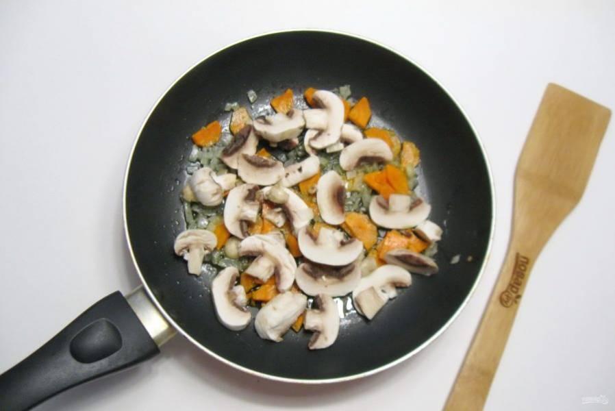 Шампиньоны очистите, нарежьте и выложите в сковороду к моркови и луку.