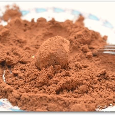 Ставим шарики в холодильник еще минут на 20. Затем обваливаем их в какао-порошке.