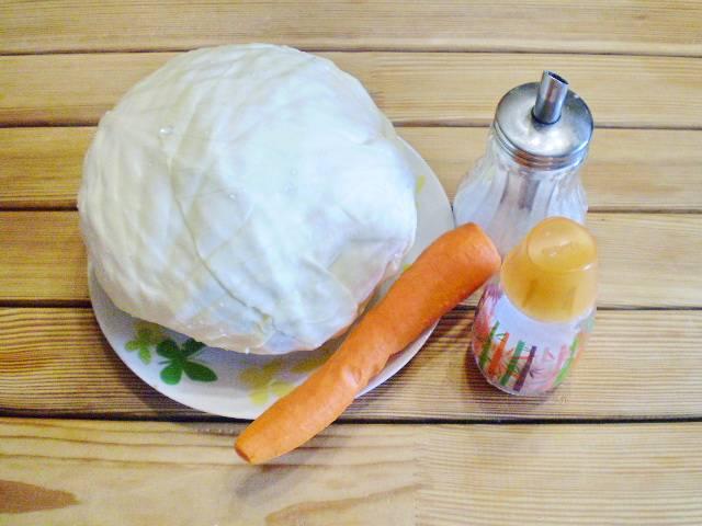 1. Чтобы капуста получилось вкусной, нужно внимательно выбрать кочан. Она должна быть белая, сладкая. Есть сорта с горчинкой, они не подходят для квашения. Вымойте капусту и удалите верхние листья. Морковь очистите.