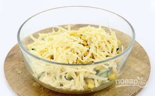 Далее в салат натрите сыр на крупной тёрке.