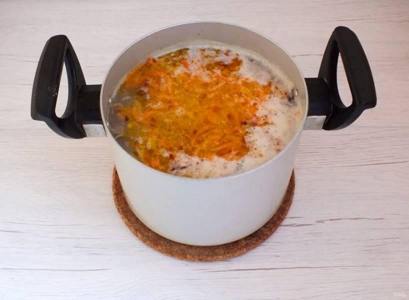 В бульон с чечевицей переложите картофель, обжаренные лук и морковь. Варите 20 минут на огне чуть ниже среднего.
