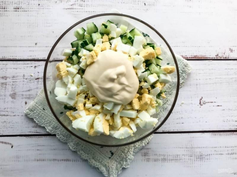 Заправьте салат майонезом и хорошо перемешайте.