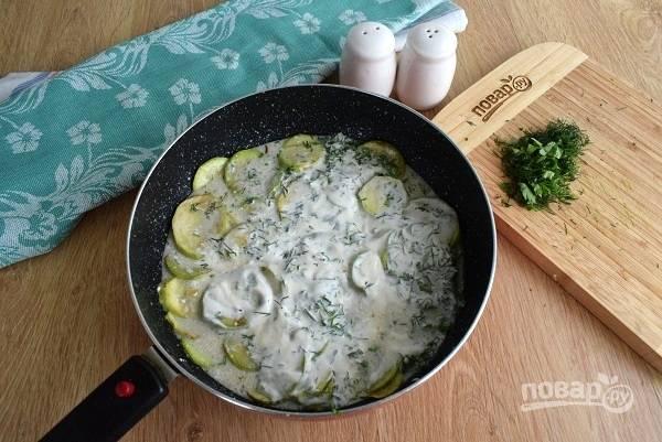 Выложите все обжаренные овощи в глубокую сковороду. Сметану смешайте с водой, солью, измельченным укропом. Добавьте смесь в сковороду, накройте крышкой и тушите до загустения соуса. Поперчите по вкусу.