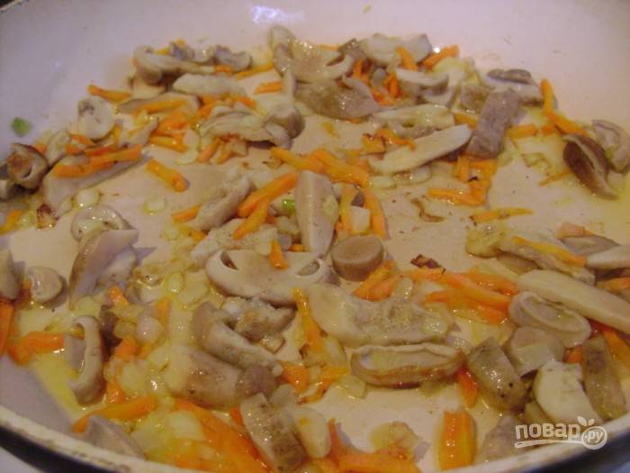 Добавьте грибы в сковороду. Обжарьте ингредиенты вместе в течение пары минут, помешивая.