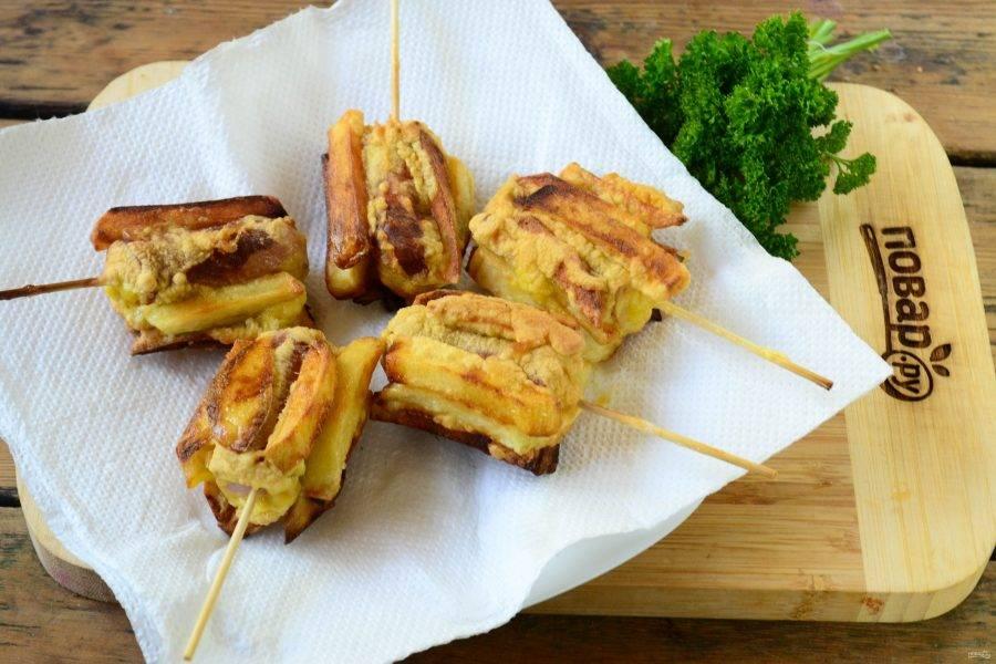 Обжарьте хот дог с картошкой фри до золотистого цвета, а затем выложите на бумажные полотенца, чтобы убрать лишний жир.