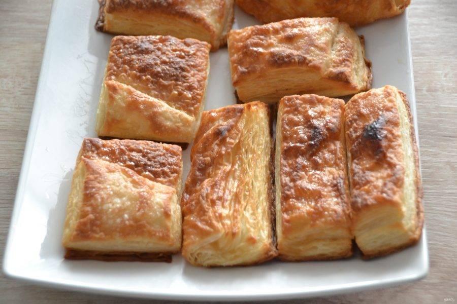 Охладите готовые заготовки для пирожных, чтобы при нанесении крема он не начал подтекать. Как видите, особой разницы в использовании коричневого и белого сахара нет.