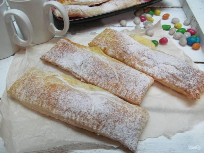 Перед подачей слойки полностью остудить и посыпать сахарной пудрой. Приятного чаепития.