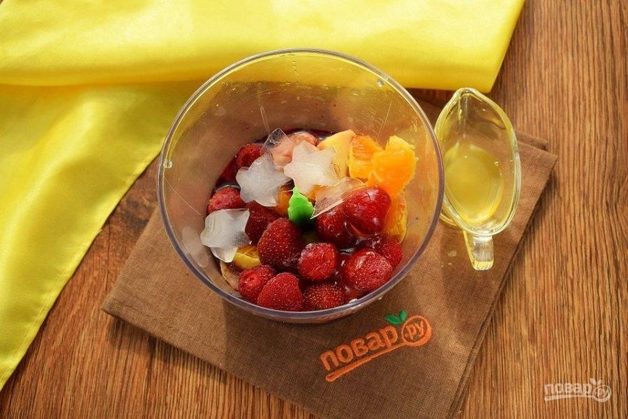 Из апельсинов надо выжать сок. Яблоки  очистите и нарежьте дольками. Соедините все ингредиенты в чаше измельчителя. Пробейте до однородности.
