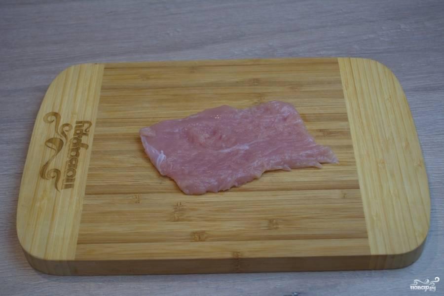 Куриное филе нарежьте на пластины. Из одной половинки у меня вышло 3 пластины.