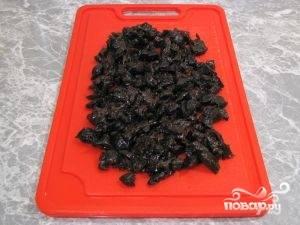 Чернослив заливаем горячей водой. Если он жесткий - то примерно на пол часа. Затем сливаем воду, очищаем чернослив от косточек  и мелко нарезаем.