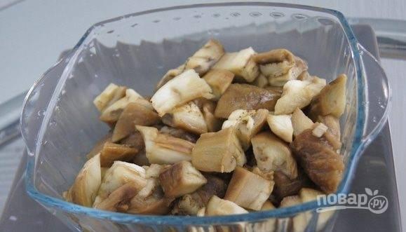 В салатницу нарежьте большими кусками баклажаны.