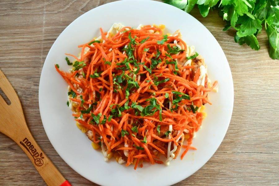 Сверху выложите морковь по-корейски.