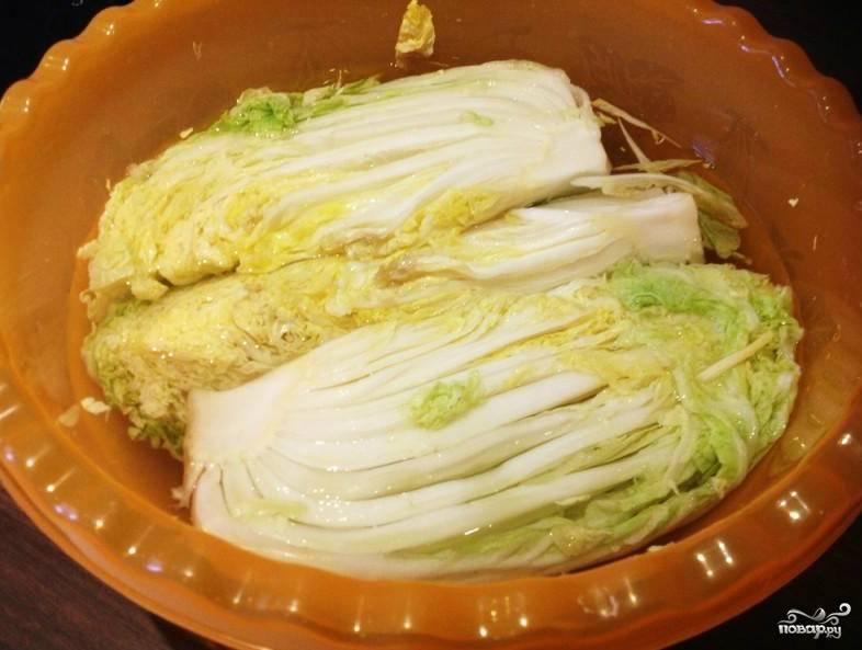 Отделяем верхние листья от кочана. Разрезаем каждый кочан на 4 части. Делаем рассол. В кипяток закладываем соль, кладем капусту в большую кастрюлю или таз. Заливаем ее остывшим рассолом. Рассол должен накрывать капусту, но она не должна в нем бултыхаться.