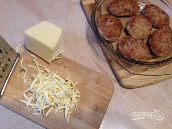Перекладываем котлеты в форму для запекания и ставим в разогретую до 180 градусов духовку минут на 15. Сыр натираем на крупной терке или нарезаем тонкими ломтиками по размеру котлет.