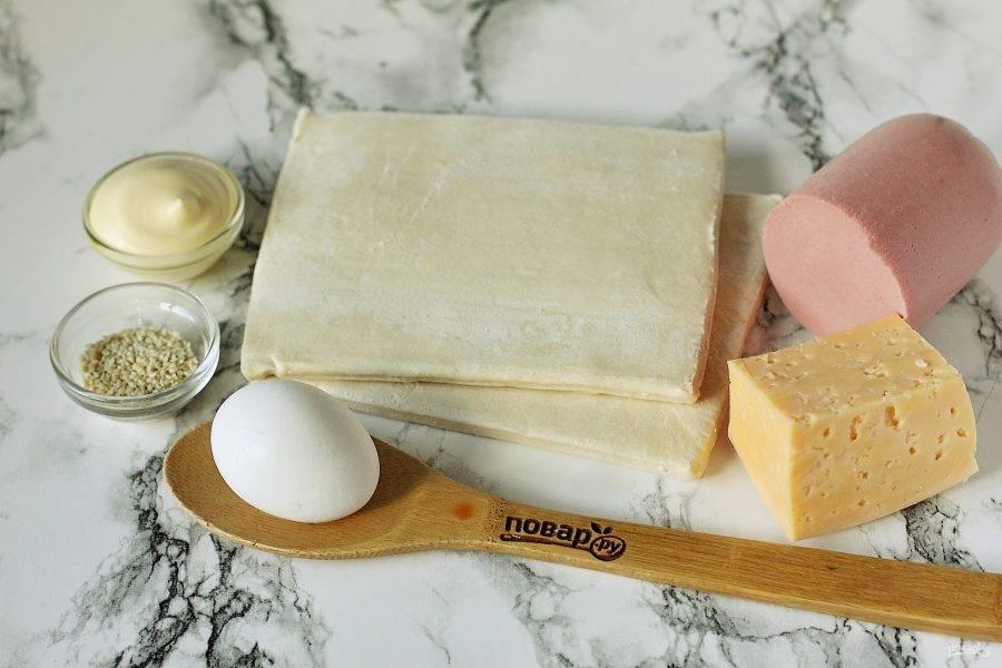 Подготовьте все ингредиенты. Тесто достаньте заранее и дайте ему полежать при комнатной температуре 20-30 минут.