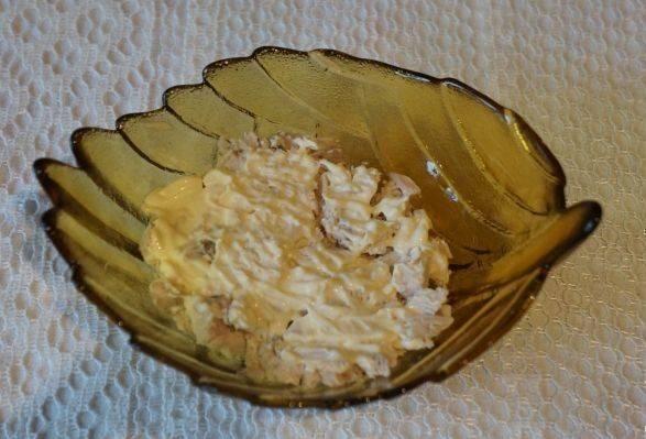 Салат у нас слоеный и каждый слой смазываем майонезом.