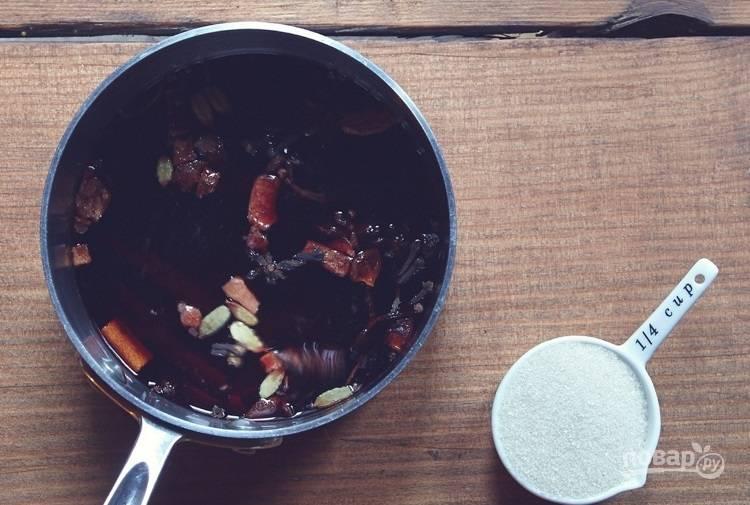 2.В кастрюлю налейте вино, отправьте ее на огонь. Добавьте к вину специи и сахар, варите на слабом огне около 20 минут, регулярно помешивая.
