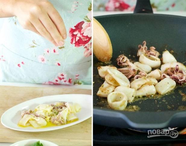 2.Перекладываю морепродукты на тарелку, туда выливаю оливковое масло и выдавливаю сок одного лимона, добавляю мелко рубленый чили, корень имбиря и чеснок, перемешиваю и оставляю на 1 час для маринования. Затем разогреваю сковороду и выкладываю морепродукты, обжариваю 1-2 минуты.